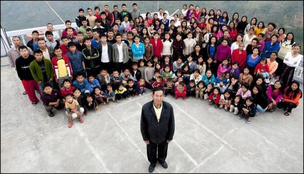 This Indian man lives with his 39 wives, 94 children and 33 grandchildren. The whole family occupies a 100 room four-story building. This is a picture of the whole family – 181 persons.
