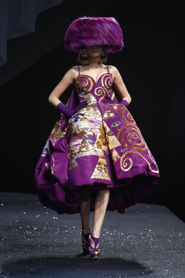 art. Джона Гальяно создать платья по мотивам живописи Хокусая и Климта