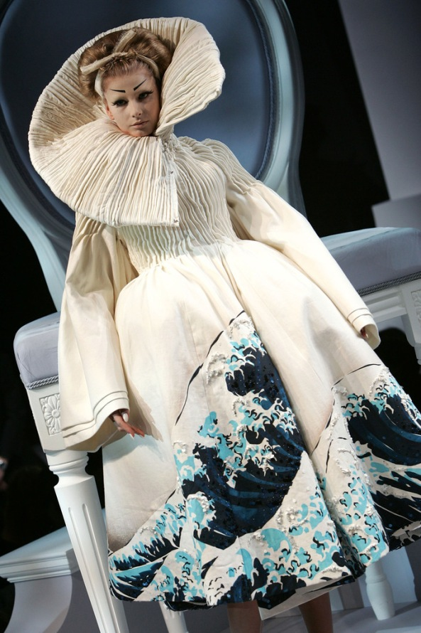 art. Джона Гальяно создать платья по мотивам живописи Хокусая
