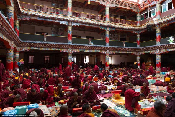 Larung Monks_pray_inside_the_biggest_temple_of_the_town_during_hours_In-a-29_1429438485050