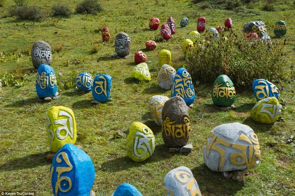 Larung Prayer_stones_decorate_the_colourful_Buddhist_academy_which_is_o-a-35_1429438756019