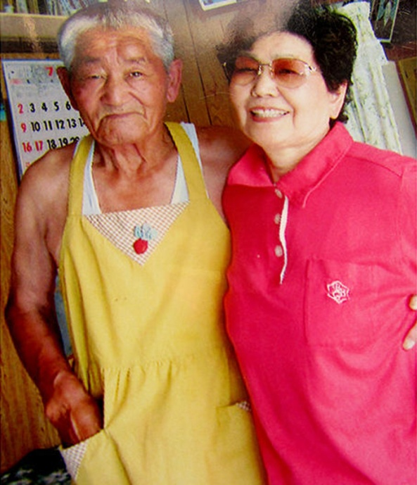 Esiteru with his younger sister in Japan