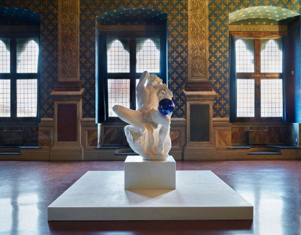 Gazing Ball (Barberini Faun) (2013), Jeff Koons, in the Palazzo Vecchio. Photo: Pietro Savorelli